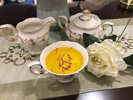 Pha saffron với nước ấm uống như trà là cách sử dụng thông dụng nhất
